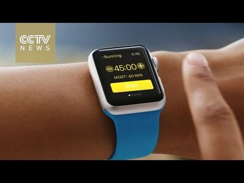 """Apple Watch"" تصل لأيدي المستخدمين"