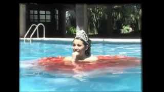 Quinceañera a la piscina con su hermoso vestido
