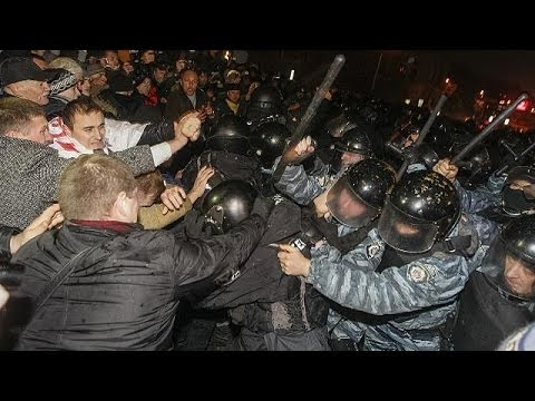 Violent protests as Ukraine delays signing trade deal