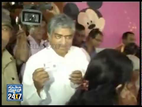 Nandan Nilekani cast his vote with family - ನ್ಯೂಸ್ ಹೆಡ್ಲೈನ್ಸ್ News bulletin 17 Apr 14