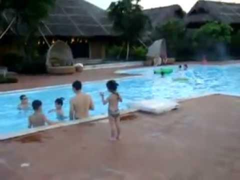 Con gái tôi lon ton bên bể bơi ở Emeganda Ninh Bình