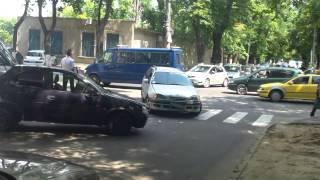 Două mașini s-au tamponat pe zebră