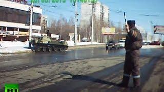 Russisk BMD-2 hamrer ind i lygtepæl