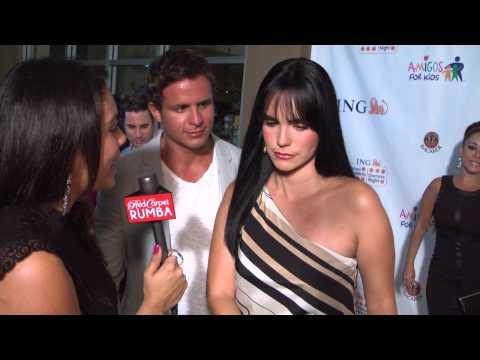 La Actriz Scarlet Ortiz le da concejos de belleza a Red Carpet Rumba en Amigos For Kids