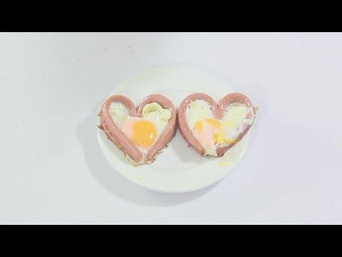 Làm trứng tráng hình trái tim với khuôn bằng xúc xích