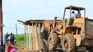 Reintegração de posse é cumprida e casas são derrubadas em Ariquemes - G1 - RO