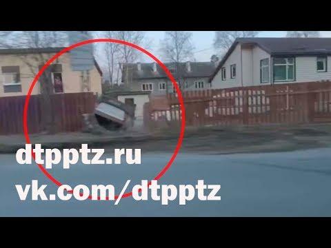 В Соломенном легковой автомобиль проломил забор и опрокинулся на крышу