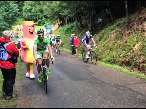 Peter Sagan stops on the side of the road to kiss girlfriend Katarina, stage 10