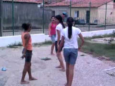 Meninas (atentar)dançam free step na praça da igreja.mp4