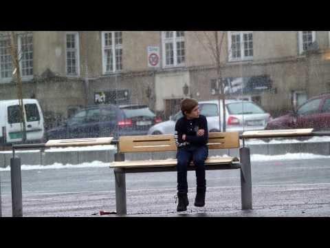 image vidéo Feriez-vous la même chose en face de ce petit garçon frigorifié ?