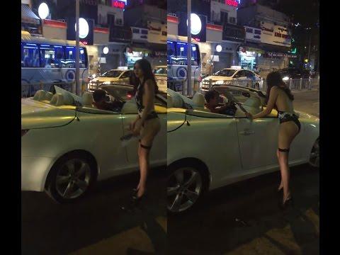 Gái xinh mặc nội y đi xe Lexus mui trần phát tờ rơi quảng cáo tại Sài Gòn