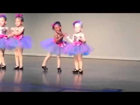 Children dancing a different ballet / Criança dançando Balé