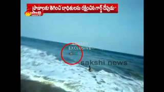 Guard saves two youths life in Visakha RK beach-Exclusive visuals