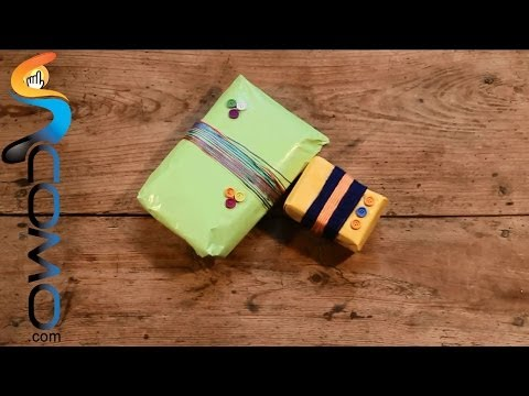 Mirad en este vídeo como envolver regalos con lana y botones