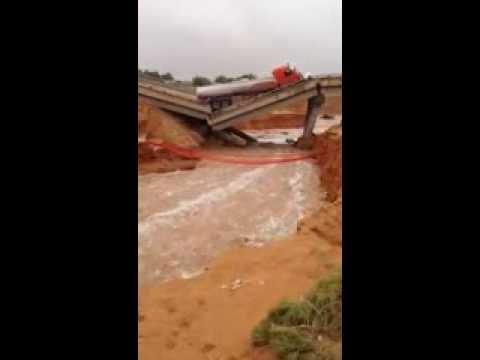إصابة شخصين في انهيار جسر بشرق الرياض وسقوط سيارتين