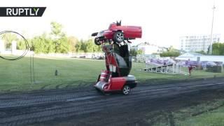 شاهد مهندس روسي يحول سيارة إلى روبوت حربي (فيديو)  