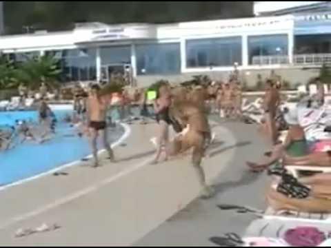 Mulher doida dançando na piscina