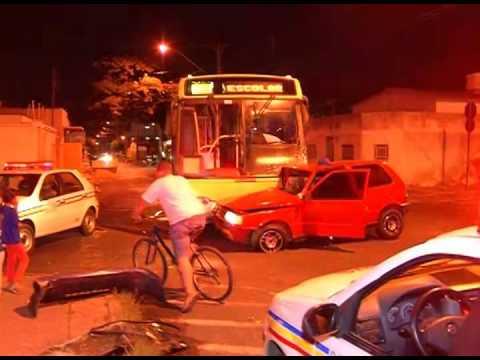 Suspeito de furto bate em ônibus no Bairro Custódio Pereira