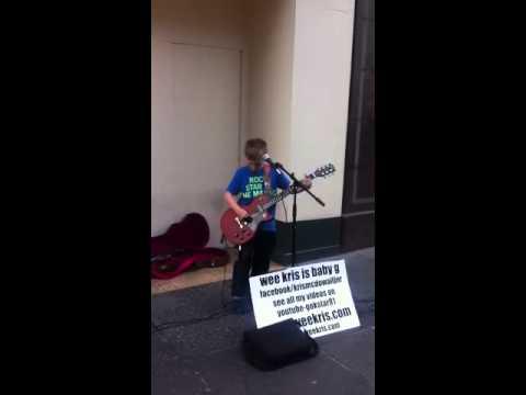 12 годишен рокер растура со AC/DC на улица