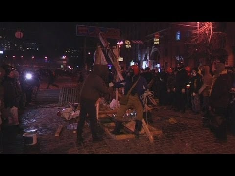 Ukraine protesters make catapult and throw Molotov cocktails