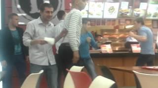 Bătaie pe motive etnice într-un mall din capitală