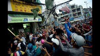 Hàng trăm người giẫm đạp nhau nhặt tiền cúng cô hồn ở Sài Gòn - Tin tức mới