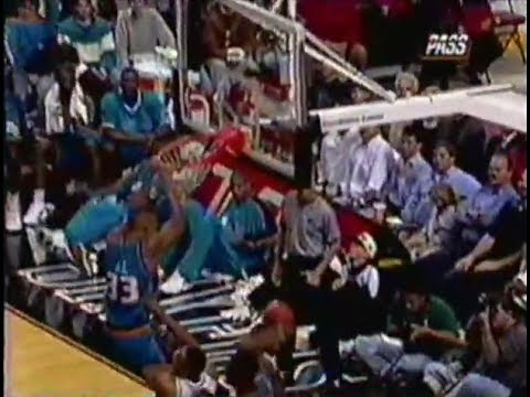 Grant Hill - Monster Two-Hand Dunk Over Mark Davis ('96-'97)
