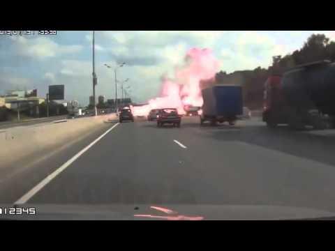Camionul cu butelii care explodeaza