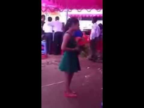 Người yêu cũ đi lấy vợ cô gái đến tham dự và hát bài