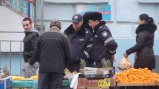 Poliția la piață: ia banane și nu plătește