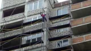 Muncitorii, ca la circ, fac echilibristică la înălțime