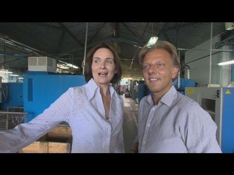 Come ogni giorno, Adrienn Koronczi, vicedirettore generale di Inter Gep, arriva alla sua fabbrica di produzione di pezzi di ricambio per auto, accompagnata dal padre Lazlo, che ha fondato&