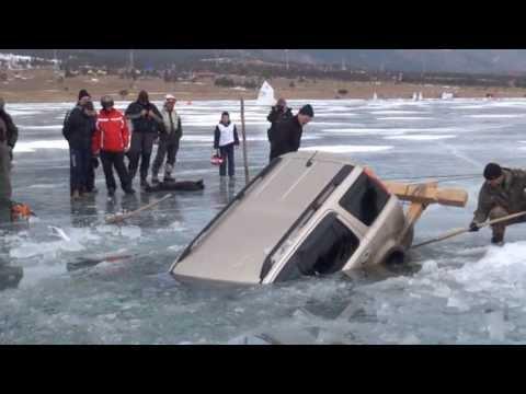 image vidéo comment sortir une voiture d'un lac gelé