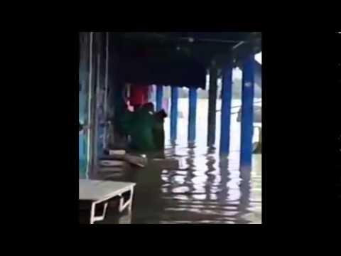 هكذا تحول فيضان إلى مسبح للشباب