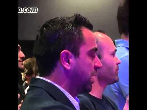 Xavi llorando en la última rueda de prensa de Carles Puyol como jugador del FC Barcelona.
