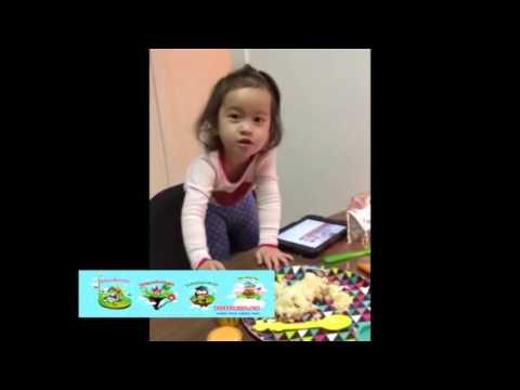 Con Bướm Xuân cực hài hước của bé gái 2 tuổi