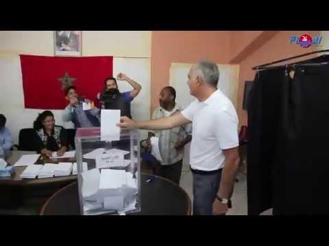 صلاح الدين مزوار في مكتب الاقتراع رفقة زوجته وابنه