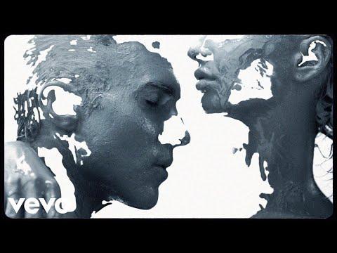 Смотреть клип Maroon 5 - Love Somebody