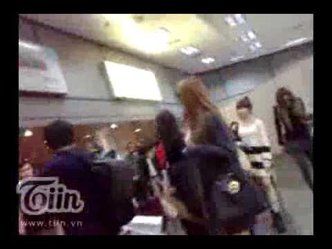 Clip hot- Hình ảnh đầu tiên của T-ara tại sân bay Nội Bài