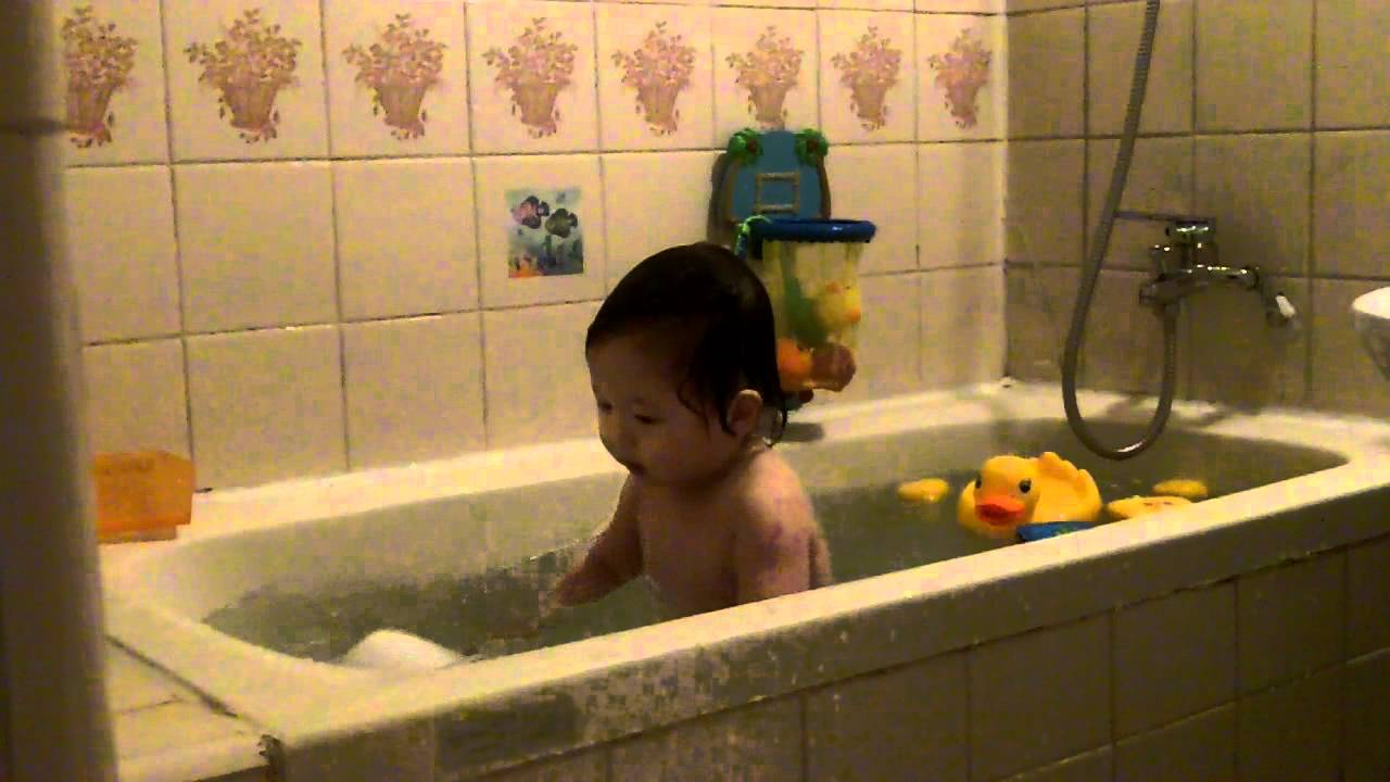 baby playing in bath tub youtube. Black Bedroom Furniture Sets. Home Design Ideas