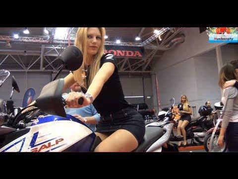 Маж снима жешка италијанска хостеса на мотор
