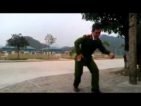 Chiến sĩ công an nhảy popping Anh không đòi quà  khiến dân mạng thích thú - Tving.vn