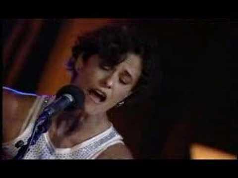 Zélia cantando