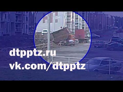 На Перевалке самосвал опрокинулся на легковой автомобиль