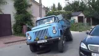 S-a prăbușit asfaltul sub camion pe strada Paris