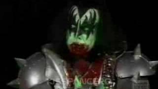 """KISS Gene Simmons """"Solo De Bajo Y Sangre Por La Boca"""" HQ"""