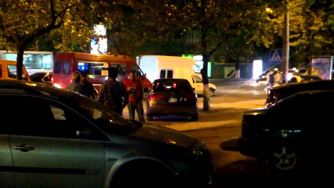 Poliția scoate numerele de înmatriculare selectiv celor parcați pe trotuare