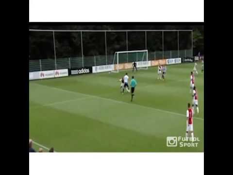 Pha solo làm nhục hàng hậu vệ U21 Ajax của Vuckic