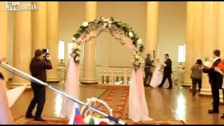 Ghinion? A ramas in fundul gol la nunta! :)) Trebuie sa vezi asta!