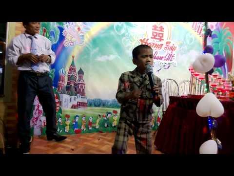 Bé trai 7 tuổi cover Bạc Trắng Tình Đời tại Đám Cưới